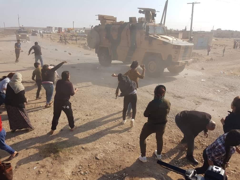 VİDEO | Kobane'de devriyeye çıkan Türk güçlerine taşlı protesto