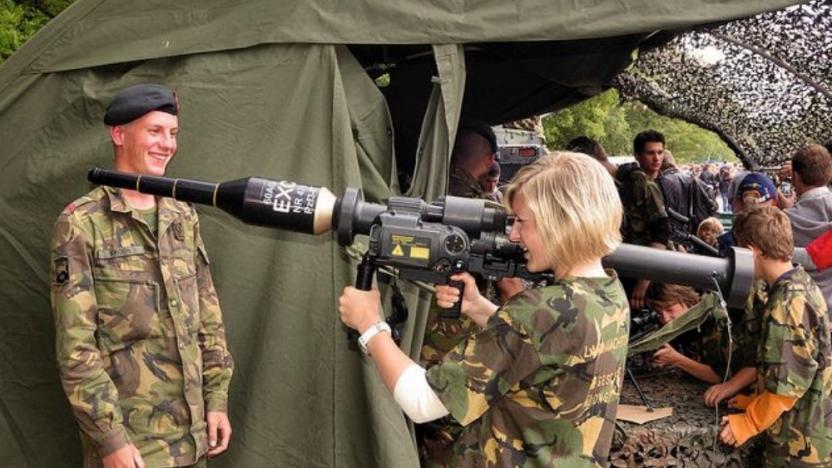 Hollanda'da artık kadınlar da askere çağrılacak