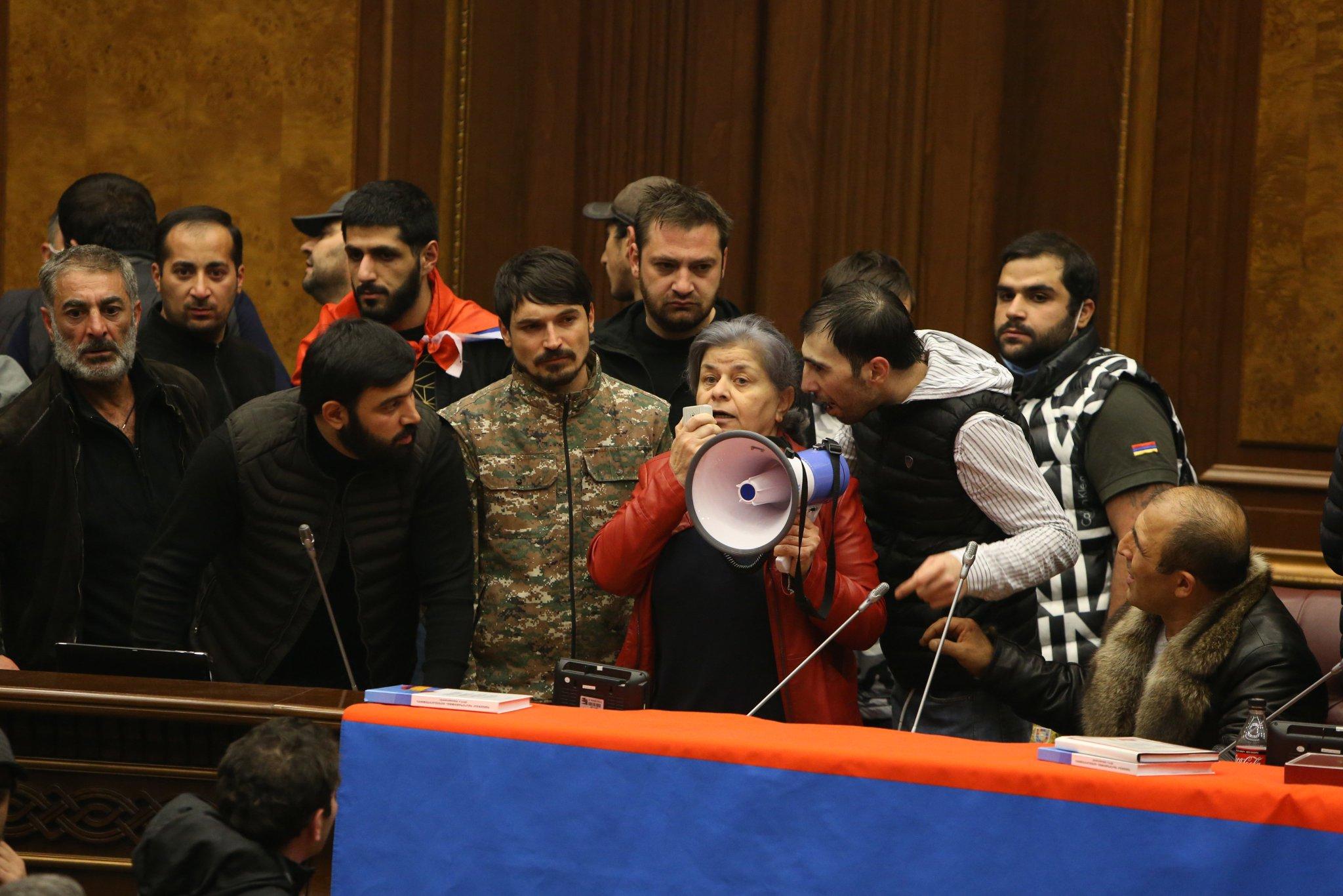 VİDEO   Ermenistan'da halk hükümet binasını bastı!