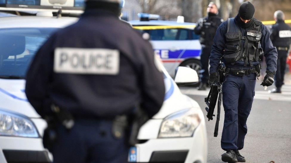 Fransa'da silahlı bir kişi 3 polisi öldürdü
