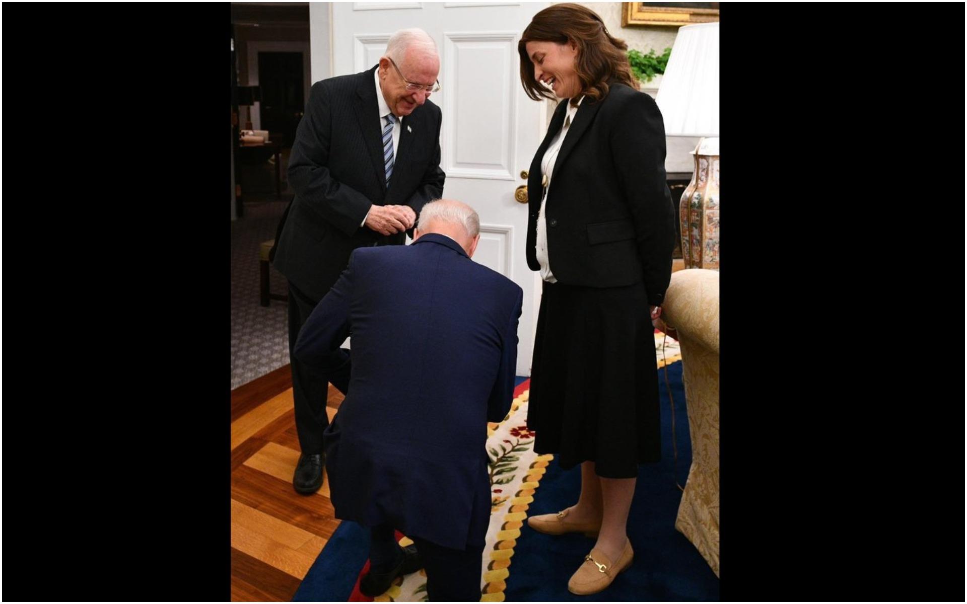 Joe Biden 12 çocuklu Genelkurmay Başkanı önünde diz çöktü