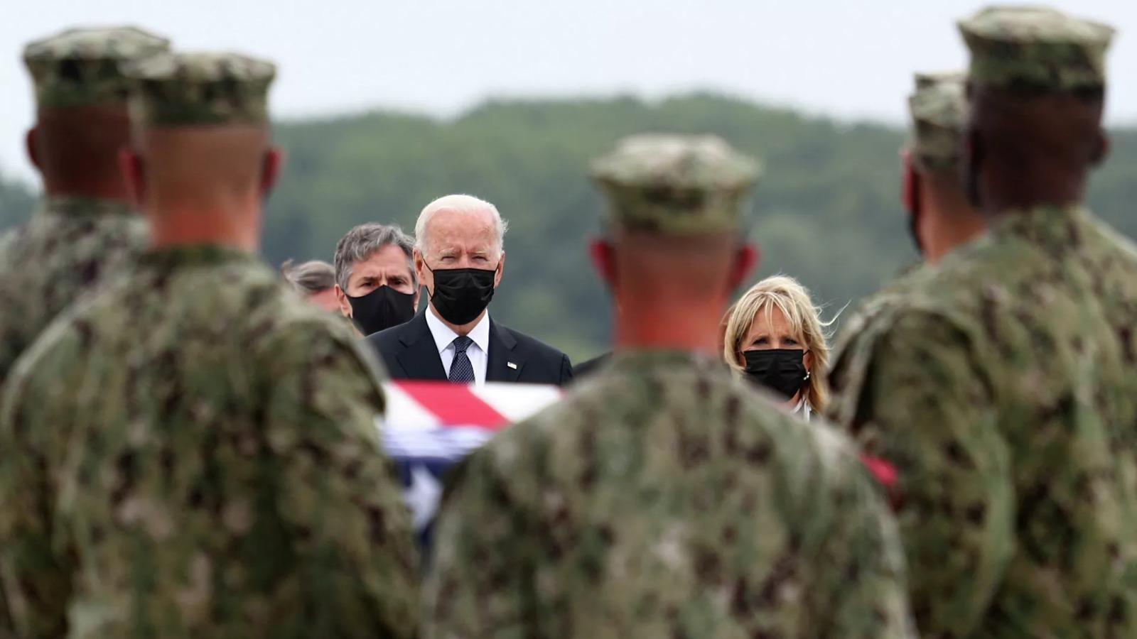 Biden, Kabil'de ölen ABD askerlerinin cenazesini karşıladı
