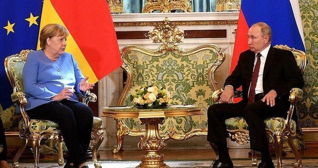 Merkel ile Putin arasında ortak basın toplantısında gerginlik!