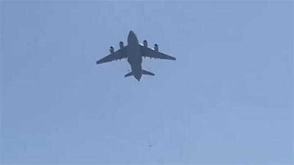 Taliban'dan kaçan 2 Afgan uçaktan düşerek feci şekilde can verdi!